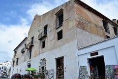 Härlig stadshusbyggnad med presentaffärer i Frigiliana, spansk vit by Andalusia Arkivbild
