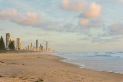 Härlig stadssoluppgång från stranden Royaltyfri Fotografi