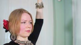 Härlig stam- fusionkvinna dräkt av den etniska dansaren veru stock video
