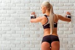 Härlig stark idrottskvinna Arkivbilder