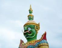 Härlig staty av den gröna jätten på Wat Arun Bangkok thailand Arkivfoto