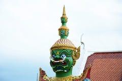 Härlig staty av den gröna jätten på Wat Arun Bangkok thailand Arkivbild