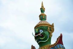 Härlig staty av den gröna jätten på Wat Arun Bangkok thailand Royaltyfri Fotografi