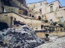 Härlig staty av den liggande kvinnalaen Matrona på bakgrunden av de forntida byggnaderna av Matera arkivfoto