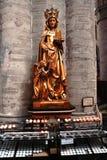 Härlig staty i domkyrkan i Bryssel Arkivbild