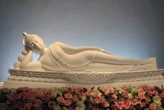 Härlig statysömn för vit Buddha på blomman Arkivbilder