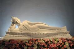 Härlig statysömn för vit Buddha på blomman Royaltyfri Foto