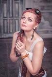 Härlig steampunkkvinna, i att be för korsett Royaltyfria Foton