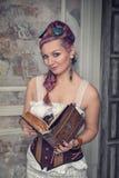 Härlig steampunkkvinna med den gamla boken Royaltyfria Bilder