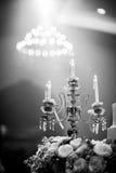 Härlig stearinljus med blomman för garnering i partirum Royaltyfri Bild