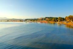 Härlig stenig kustlinje, i att förbluffa det blåa Ionian havet på soluppgång i den Sidari stugby på den Korfu ön med berömd kanal arkivbilder