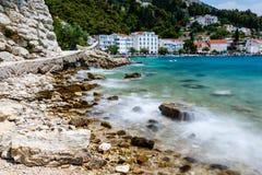 Härlig stenig strand och Adriatic hav Arkivbild