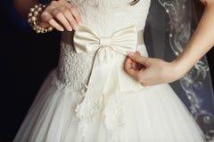 Härlig stil för förälskelse för brudbröllopflicka Arkivfoton