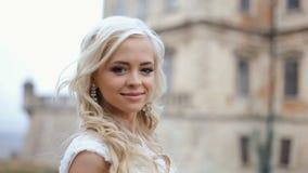 Härlig stilfull blond brud som poserar på den gamla medeltida slottväggen lager videofilmer