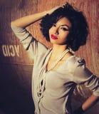 Härlig stilfull exotisk ung kvinna Arkivfoton