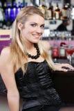 Härlig stilfull kvinna i en nattklubb eller en stång arkivfoton