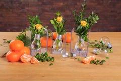 Härlig stilleben av blommor och frukt royaltyfri foto