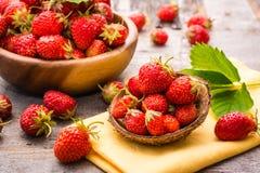 Härlig stilleben med jordgubbar i träbunkar Arkivfoto