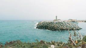 Härlig stillsam sikt av havsfyren från kust med gräs lager videofilmer