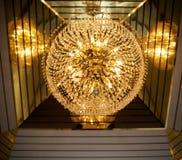 Härlig stor ljuskrona som göras av kristall Royaltyfri Foto
