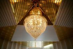 Härlig stor ljuskrona som göras av kristall Arkivbild