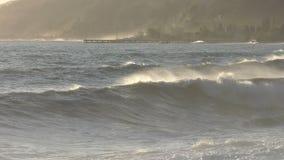 Härlig stormig seascape på solnedgångtid lager videofilmer