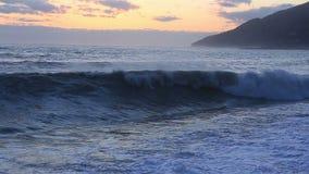 Härlig stormig seascape på solnedgångtid stock video