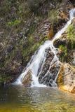 Härlig ström i den soliga dagen - vattenfallbakgrund Arkivfoto