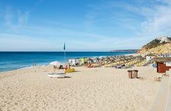 Härlig strand av Salema - litet autentiskt fiskeläge på länet av Vila do Bispo, Algarve, sydliga Portugal royaltyfria bilder