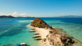 Härlig strand för flyg- sikt på en tropisk ö Coron Palawan, Filippinerna arkivfilmer