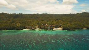 Härlig strand för flyg- sikt på en tropisk ö Filippinerna Anda område Arkivfoton