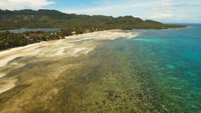 Härlig strand för flyg- sikt på en tropisk ö Filippinerna Anda område Royaltyfri Foto