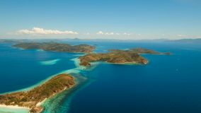 Härlig strand för flyg- sikt på en tropisk ö Malcapuya philippines lager videofilmer
