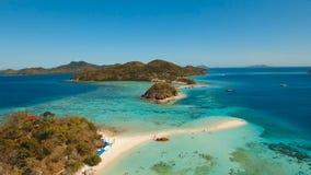 Härlig strand för flyg- sikt på en tropiska Bulog Dos Island philippines stock video