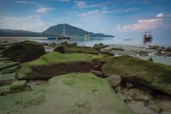 Härlig strand för lång exponering med soluppgång, Phuket, Thailand Royaltyfri Bild