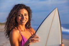 Härlig strand för surfare & för surfingbräda för bikinikvinnaflicka Arkivbilder