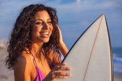 Härlig strand för surfare & för surfingbräda för bikinikvinnaflicka Arkivbild
