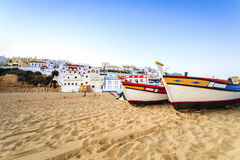 Härlig strand i Carvoeiro, Algarve, Portugal Royaltyfria Foton