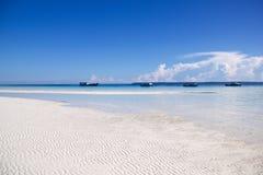 Härlig strand i kalimantan med lågvatten och den fyra förtöjde boaen arkivfoto
