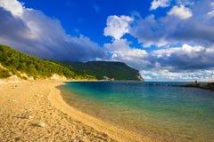 Härlig strand i reserven för monteconeronatur Arkivfoton