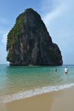 Härlig strand med berget i Thailand royaltyfri bild
