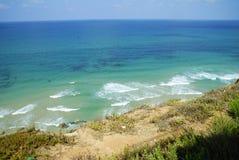 Härlig strand med blått vatten i Montenagro Arkivfoto