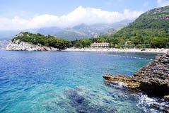 Härlig strand med blått vatten i Montenagro fotografering för bildbyråer