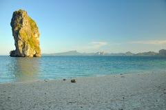 Härlig strand med blått vatten, klar himmel Thailand Arkivbild