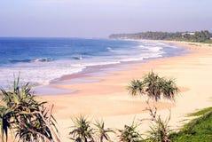 Härlig strand med blått vatten och vitsand Royaltyfria Foton