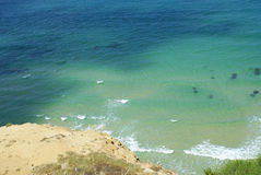 Härlig strand med blått vatten och vitsand arkivfoto