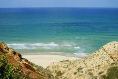 Härlig strand med blått vatten och vitsand arkivbilder