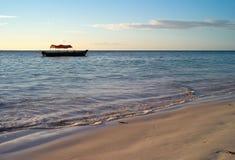 Härlig strand med den lilla fiskebåten på den Michamvi stranden, Zanzibar arkivfoton