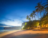 Härlig strand med färgrik himmel, Thailand Arkivbilder