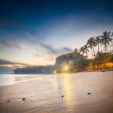 Härlig strand med färgrik himmel, Thailand Royaltyfria Foton
